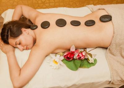 Viso kūno atpalaiduojantis masažas su karštais akmenimis
